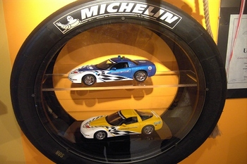 Vitrine kast in auto race band met 2 leggers