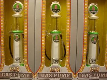Benzine pomp - naft pomp Indian met meetglas  1/18
